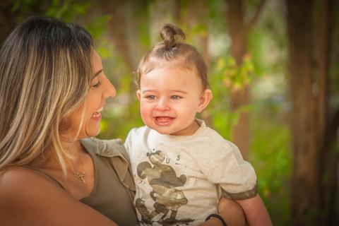צילומי תינוקות בטבע עם אמא