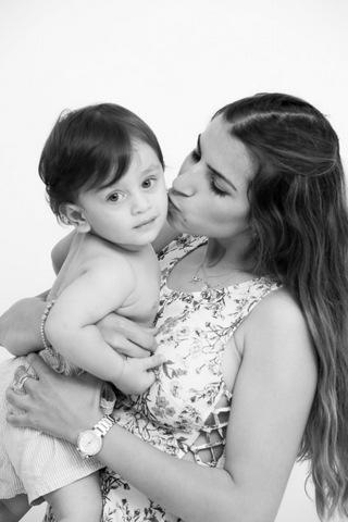 צילום תינוקות עם אמא בסטודיו - שחור ולבן