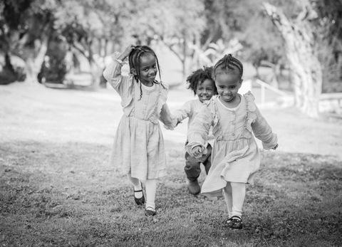 צילום משפחתי ילדים רצים בשחור לבן
