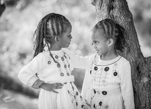 צילום משפחתי - אחיות בשחור לבן