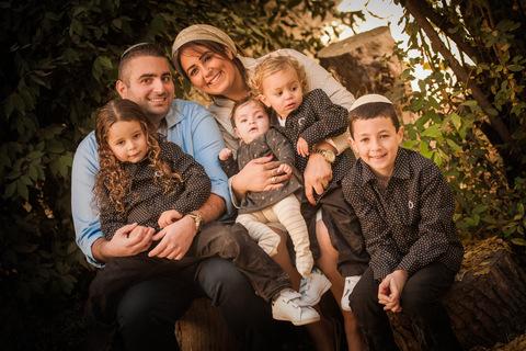צילום משפחתי 6 נפשות בחורשה