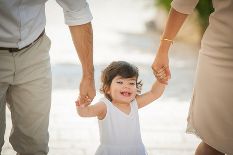 צילומי תינוקות הורים מחזיקים ידיים
