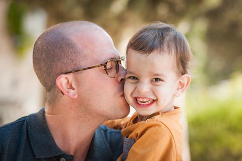צילומי תינוקות נשיקה מאבא