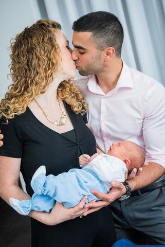 צילומי ניו בורן עם ההורים - נשיקה