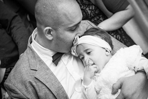 צילום תינוקת עם אבא - שחור לבן