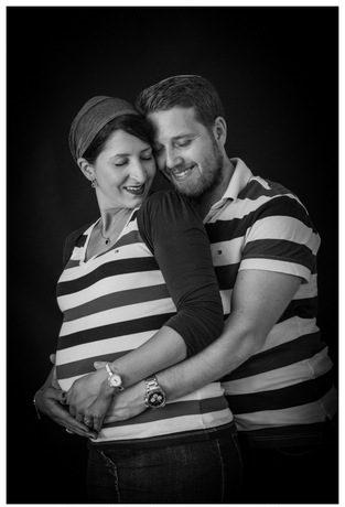 צילום הריון בסטודיו - שחור ולבן